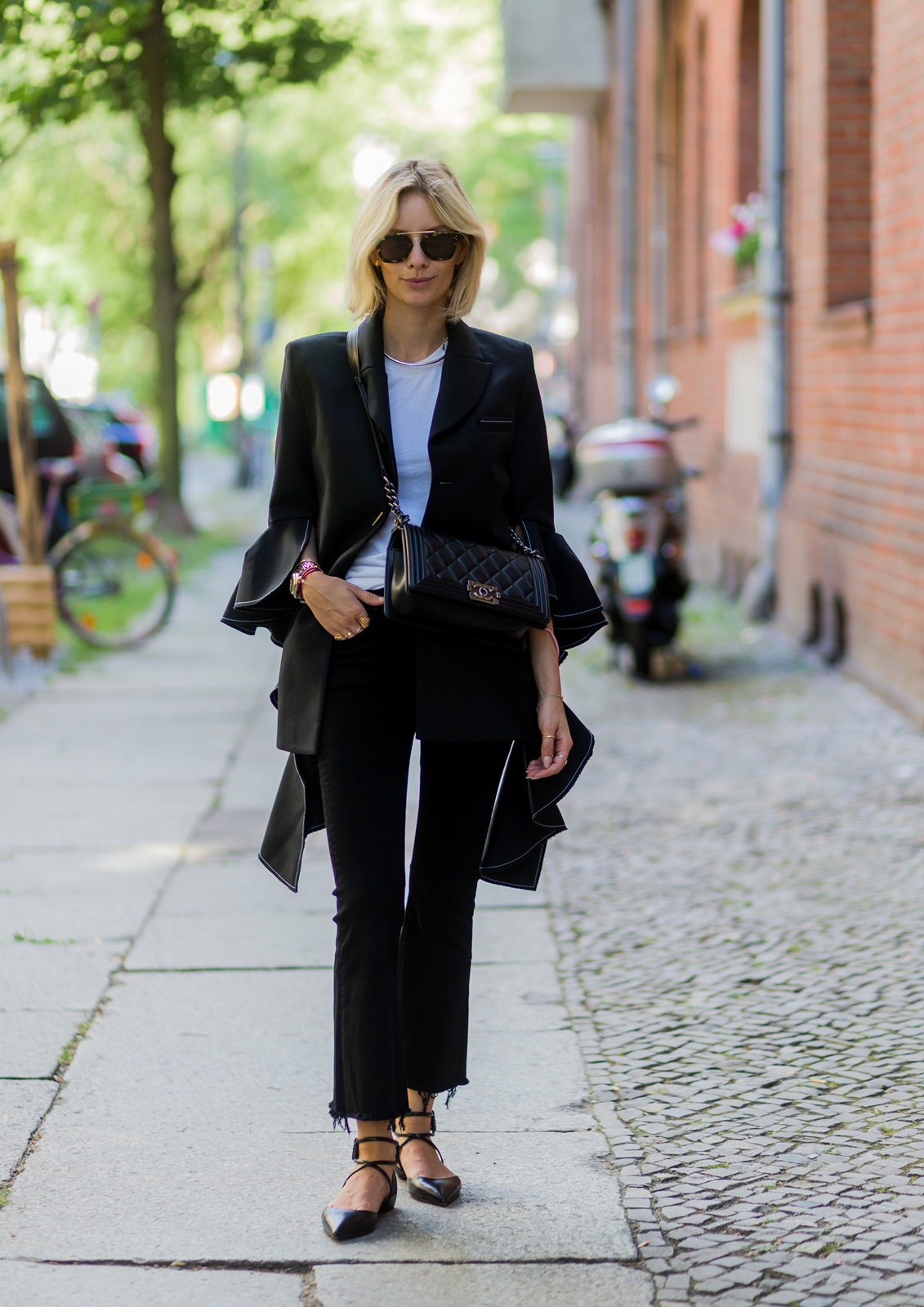 457f998e326 My second look for the Berlin Fashion Week is a black   white ensemble. The  key piece and obviously the highlight of this look is this beautiful blazer  by ...
