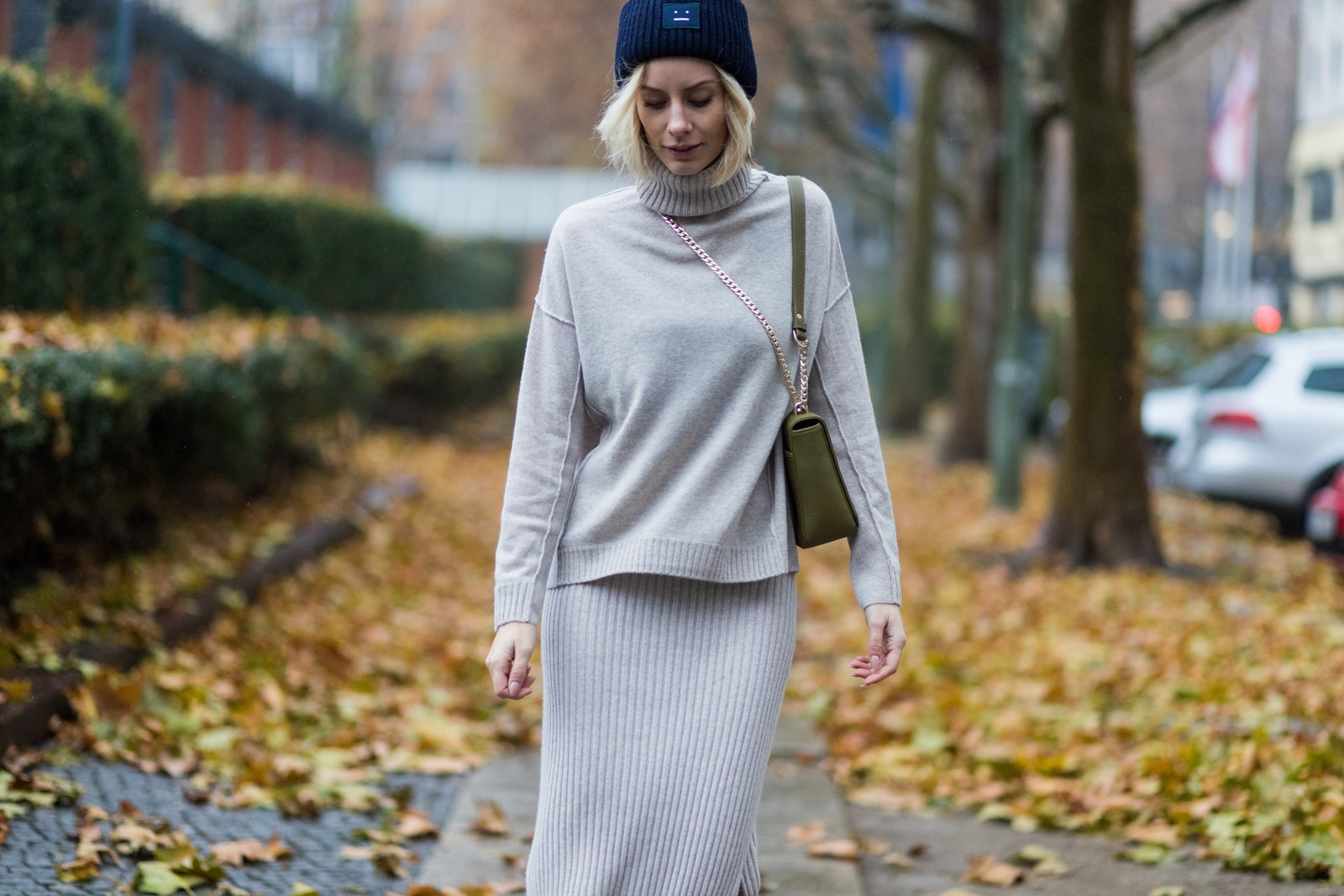 BERLIN, GERMANY - NOVEMBER 16: Lisa Hahnbueck (@lisarvd) wearing Allude Cashmere Turtle Neck Beige Melange, Allude Cashmere Knit Skirt Beige Melange, Aigner Lucy Bag in Moss Green, navy Acne Studios Pansy Beanie Hat on November 16, 2016 in Berlin, Germany. (Photo by Christian Vierig/Getty Images) *** Local Caption *** Lisa Hahnbueck